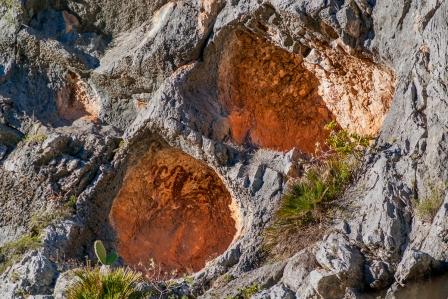En nuestras comarcas se encuentra una de las concentraciones de pintura rupestre más grandes de Europa. Se han clasificado de tres tipo: macro esquemático, levantino y esquemático.