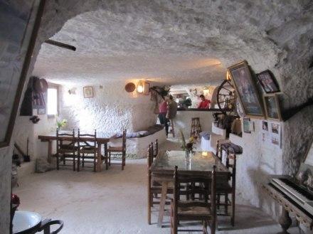 ,nterior de la Cueva del Diablo. con 750 años y 100 años de antigüedad respectivamente