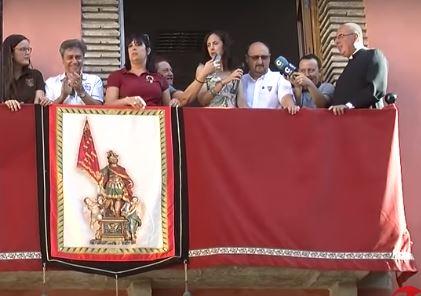 GRACIES LA SEÑORETA L'ALCALDESSA LI DONA EL PERMIS AL PRESIDEN DE FESTES