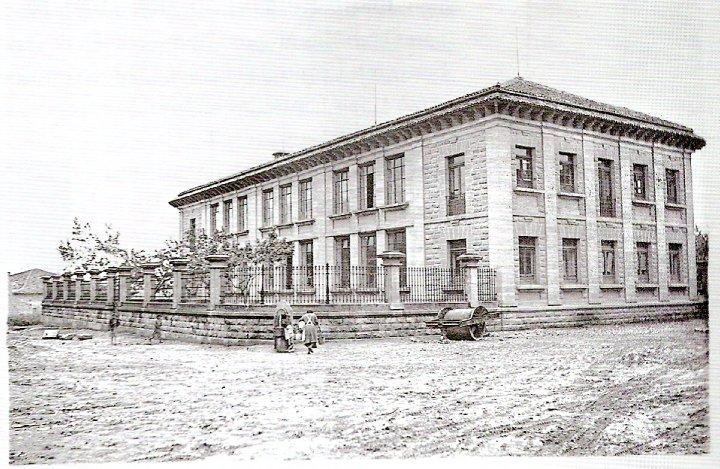 col.lege-san-joan-bosco-a-principis-de-segle-xx.-el-col.lege-estava-aislat-del-poble-1.jpg